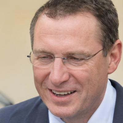 Imagen de una persona con gafas como Julián Vida y la mirada baja